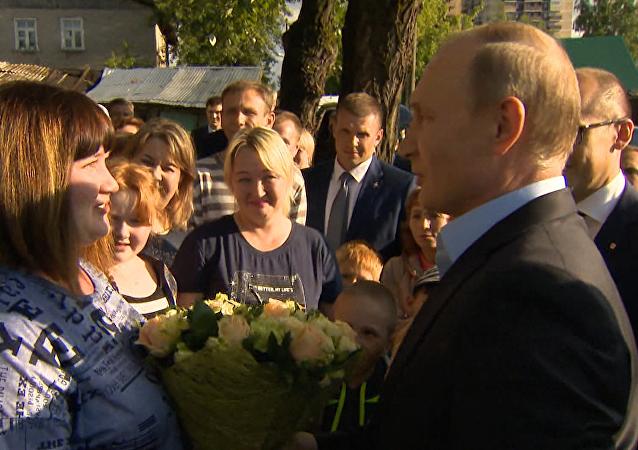 Putin daroval poukázku do Soči obyvatelce sešlého domu