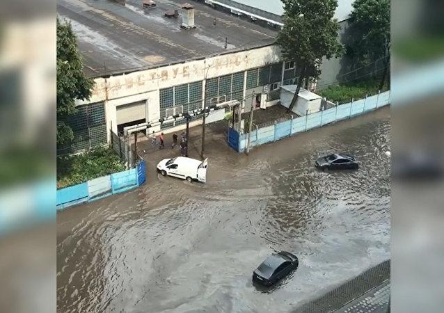 Moskvu zasáhl nebývalý déšť s bouřkou a krupobitím
