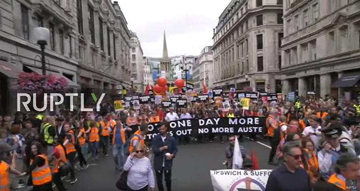Demonstrace proti Mayové