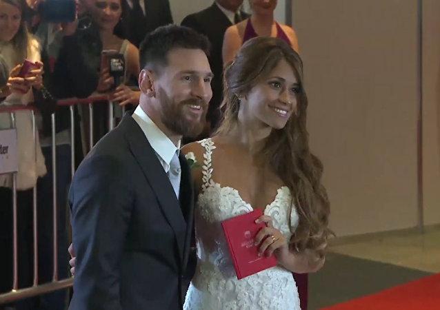 Hvězda světového fotbalu se oženil s kamarádkou z dětství. Video