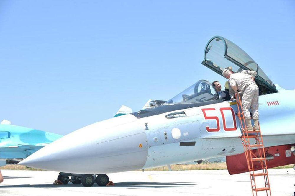 Syrský prezident Bašár Asad během návštěvy letecké základny ruského letectva v Hmeimimu