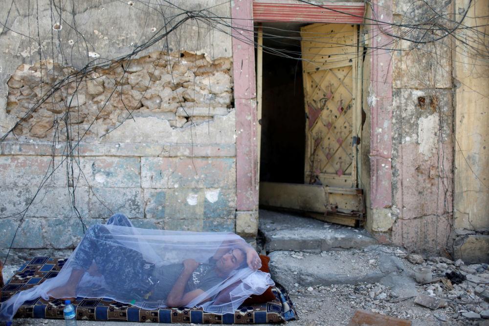 Irácký policista si odpočívá v Starém městě, Mosul