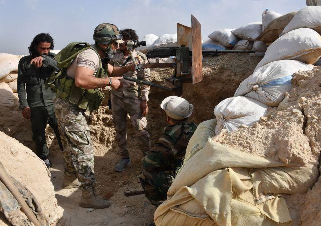 Generál Issam Zahreddine na předních pozicicíh u Dajr az-Zauru