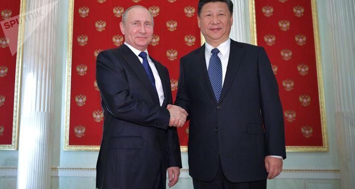 Prezident Vladimir Putin udělil čínskému prezidentovi Si Ťin-pchingovi Řád svatého apoštola Ondřeje Prvozvaného