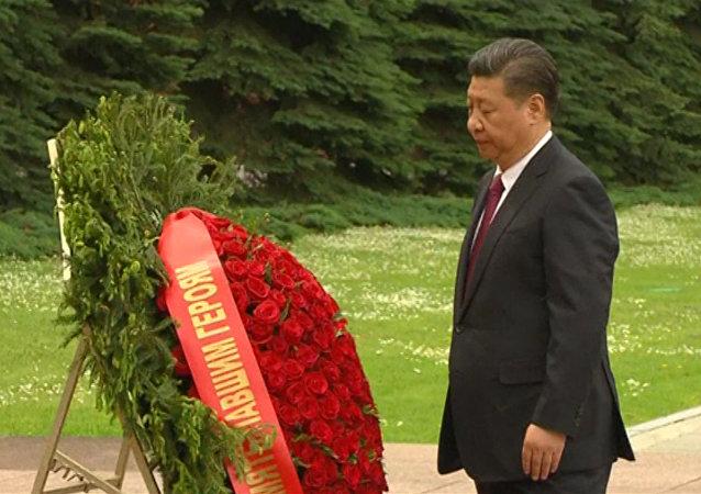 Si Ťin-pching položil věnce k mohyle Neznámého vojáka v Moskvě