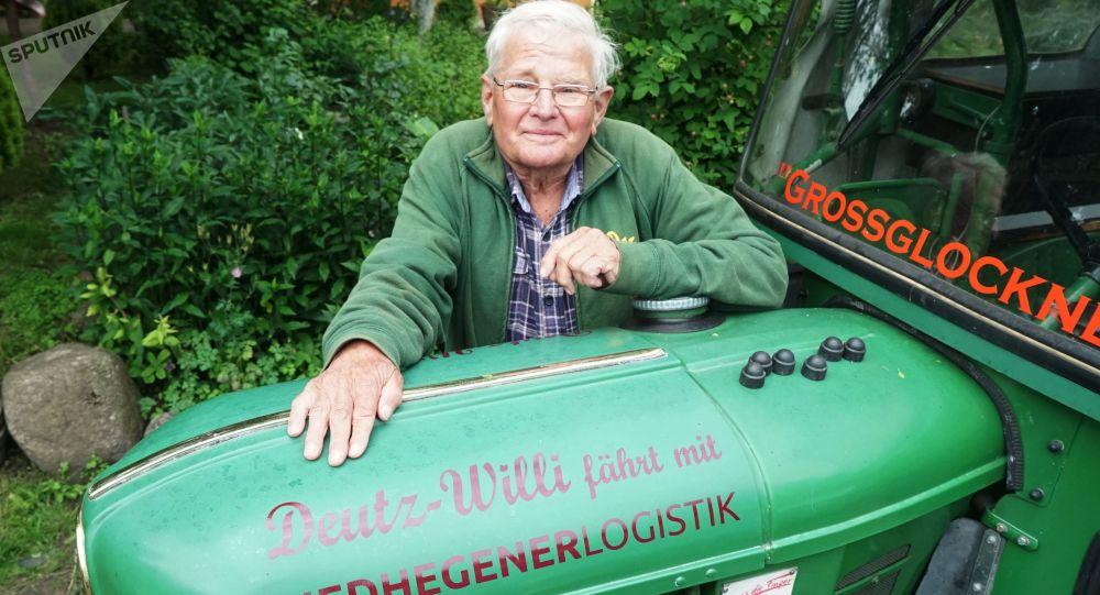 Německý důchodce Winfried Langner, který do Petrohradu přijel traktorem