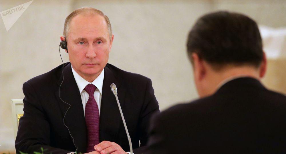 Ruský prezident Vladimir Putin během jednání s předsedou ČLR Si Ťin-pchingem