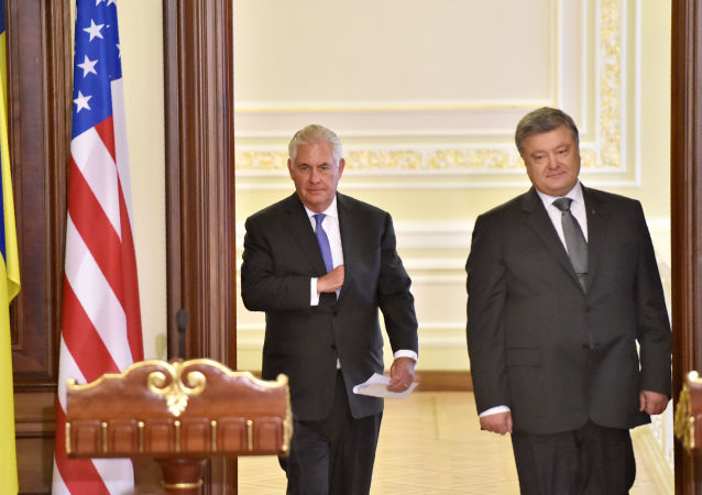 Ministr zahraničních věcí USA Rex Tillerson s ukrajinským prezidentem Petrem Porošenkem