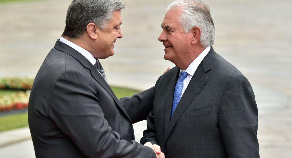 Ukrajinský prezident Petro Porošenko a ministr zahraničních věcí USA Rex Tillerson