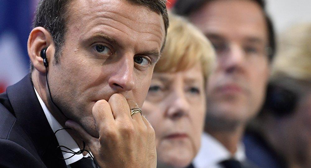 Macron a Merkelová vystupují v Paříži