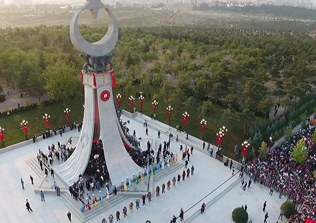 Mítink a odhalení památníku obětem převratu v Turecku