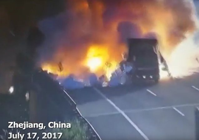 Srážka dvou náklaďáků v Číně způsobila mohutný výbuch