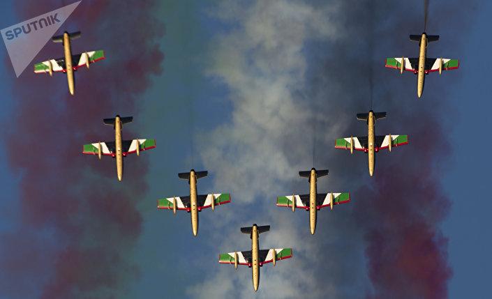 Pilotážní skupina Al Fursan na Dubai Airshow-2015