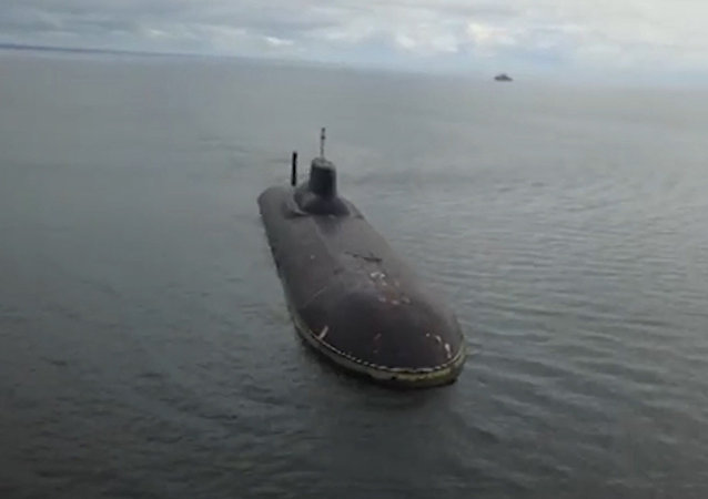 Křižník Petr Veliký a ponorka Dmitrij Donský zakotvily v Kronštadtu