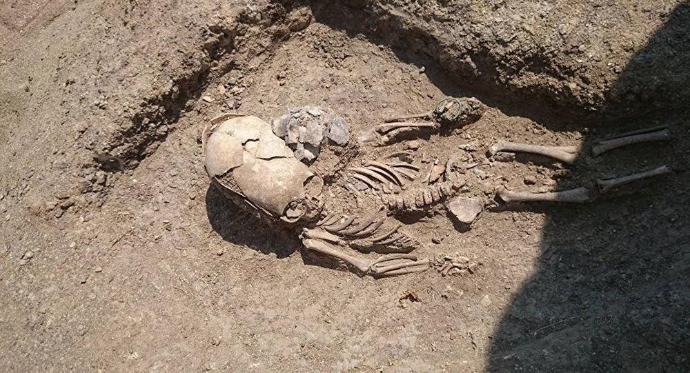 Hrob nemluvněte se silně deformovanou lebkou v Kerči