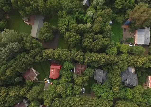 Dron natočil americkou chatu v Moskvě, ke které bude omezen přístup