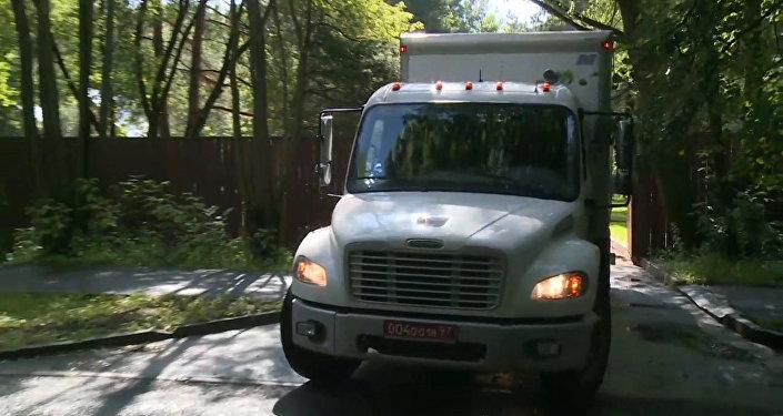 Vozy amerického velvyslanectví opustily vilu v Serebrjaném boru