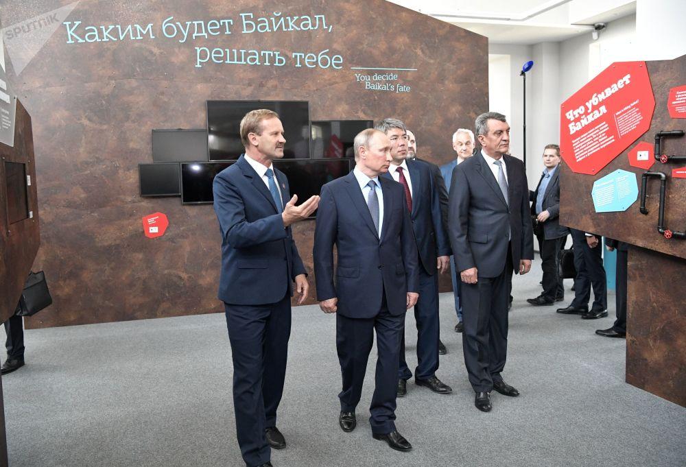 Prezident na výstavě Člověk na Bajkalu, která je věnována historii Bajkalu a ekologickým problémům
