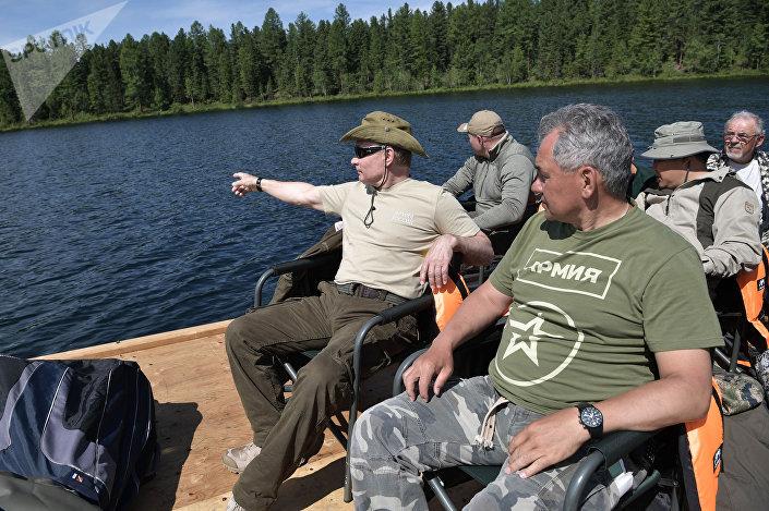 Ruský prezident Vladimir Putin a ministr obrany RF Sergej Šojgu