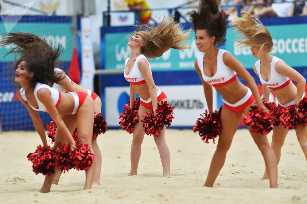 Roztleskávačky na utkání třetí etapy Euroligy v plážovém fotbalu mezi ruskou a běloruskou reprezentací v Moskvě