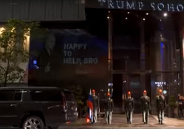Na Trumpově hotelu v New Yorku se objevilo zobrazení Putina