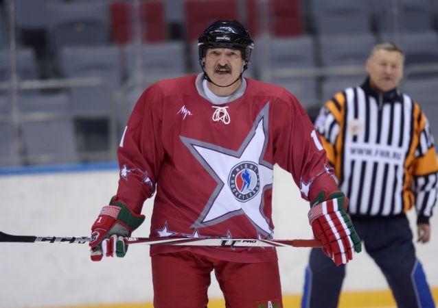Běloruský prezident Alexandr Lukašenko hraje hokej