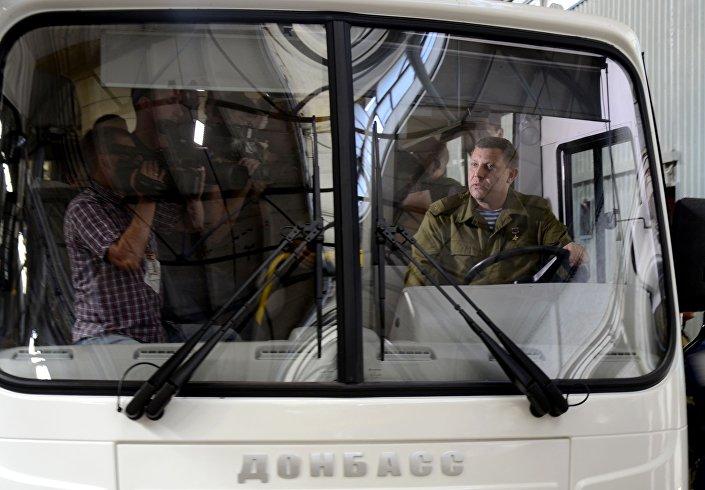 Vládní představitel DLR Alexandr Zacharčenko se projel prvním autobusem, vyrobeném v republice