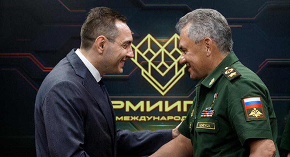 Srbský ministr obrany Aleksandar Vulin a jeho protějšek Sergej Šojgu