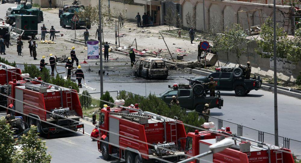 Důsledky výbuchů vedle budovy parlamentu v Kábulu.