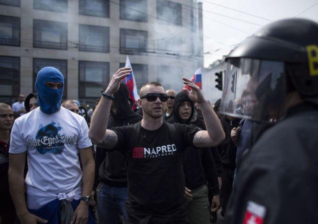 Učastníci mitinku proti migrantům v Bratislavě