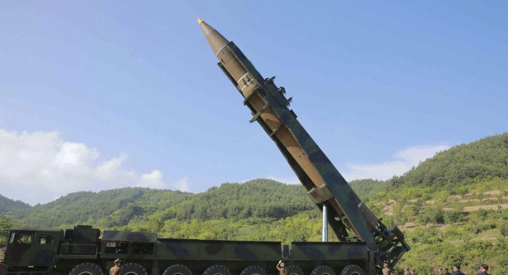 Kim Čong-un si prohlíží raketu Hwasong-14 před startem