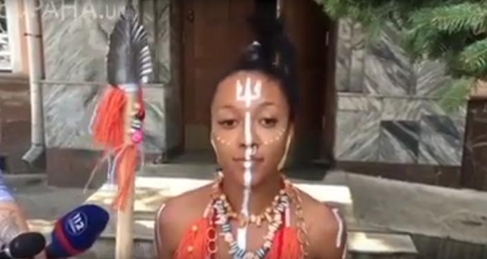 V Kyjevě aktivistka Femen přišla k výslechu v kostýmu domorodce a s kopím