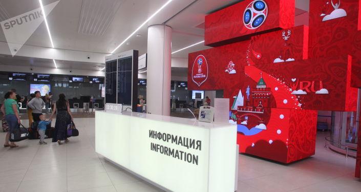 Informační stojan se symbolikou Mistrovství světa ve fotbalu 2018 v novém terminálu letiště Strigino