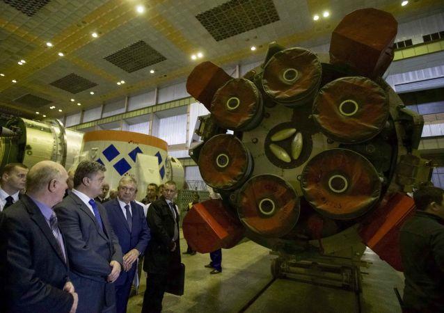 Petro Porošenko během návštěv podniku Južmaš