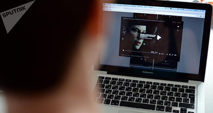 Uživatel internetu se dívá na film