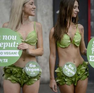 Aktivistky PETA ze skupiny Salátové lady vyzývají k veganství, Bukurešť, Rumunsko