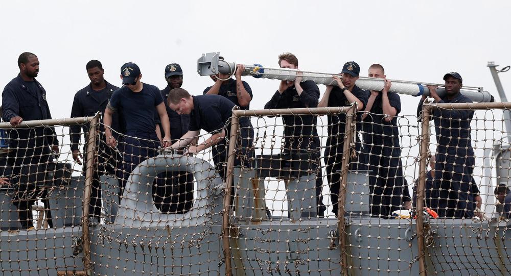 Lidé na palubě torpédoborce John S. McCain