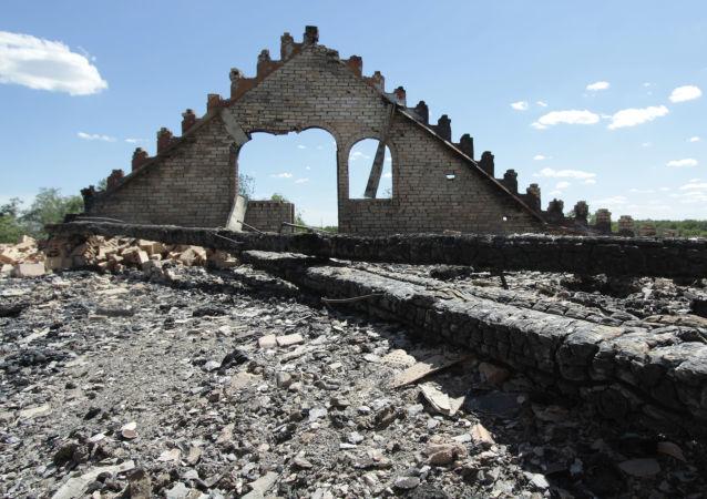 Následky ostřelování v obci Alexandovka v Doněcké oblasti