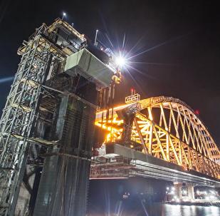 Stavitelé vyzdvihli železniční oblouk Krymského mostu do projektované výšky