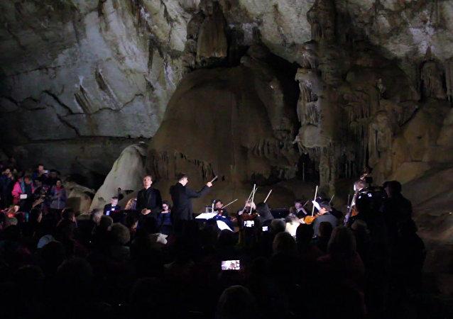 Podzemní koncert: hudebníci si zahráli klasiku v Mramorové jeskyni na Krymu