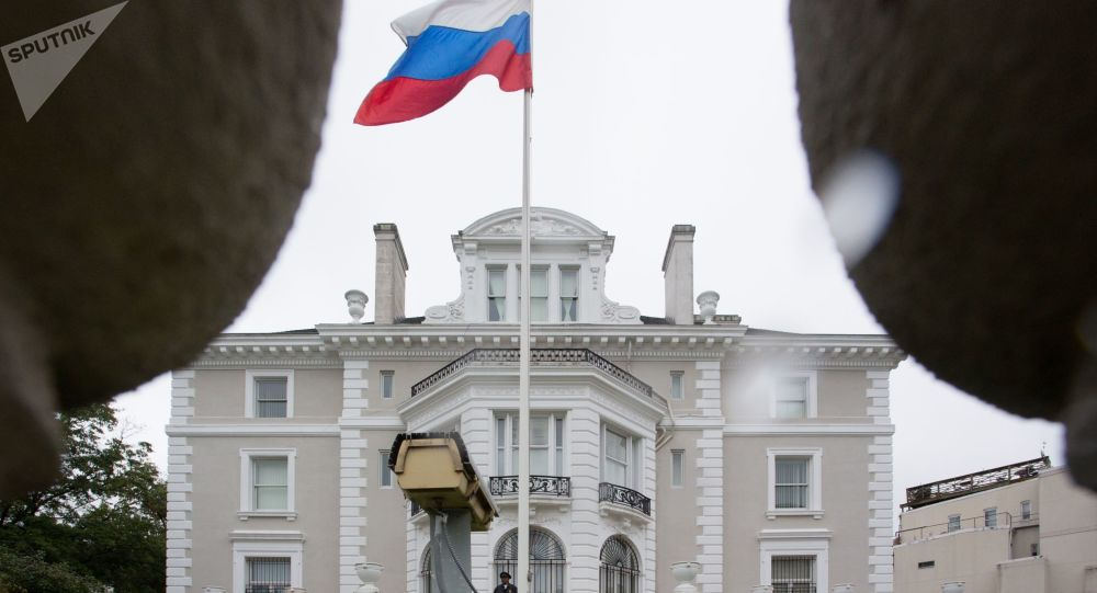 Americký policista stojí na balkóně budovy ruského obchodního zastoupení ve Washingtonu