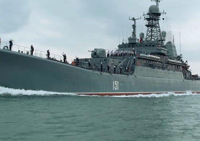 Ruská válečná loď poprvé proplula pod obloukem Krymského mostu