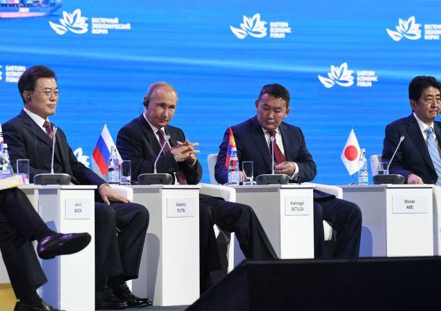Jihokorejský prezident Mun Če-in, ruský prezident Vladimir Putin, mongolský prezident Khaltmaa Battulga, japonský premiér Šinzó Abe