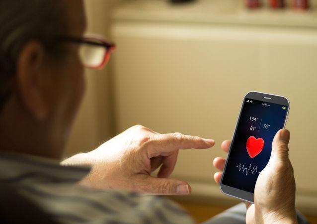 Postarší muž používá aplikaci M-Health na telefonu
