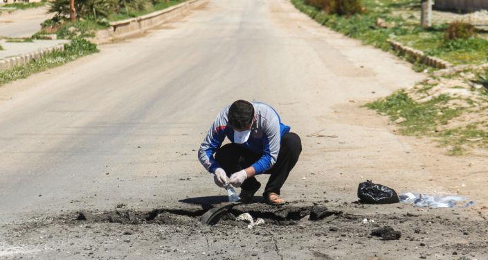 Sběr půdy po chemickém útoku v Sýrii. Ilustrační foto
