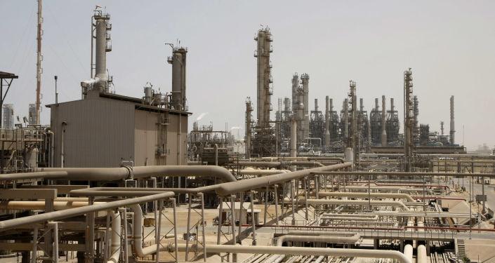 Továrna na zpracování ropy v Saúdské Arábii