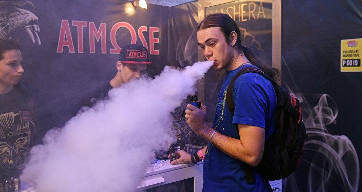 Kouření elektronické cigarety. Ilustrační foto