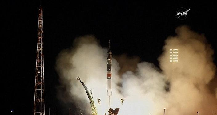 Start Sojuzu k ISS a setkání na oběžné dráze: nová posádka dorazila na stanici. Video