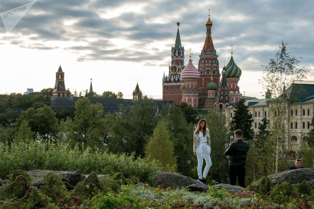 Návštěvníci přírodního parku Zarjadje v Moskvě
