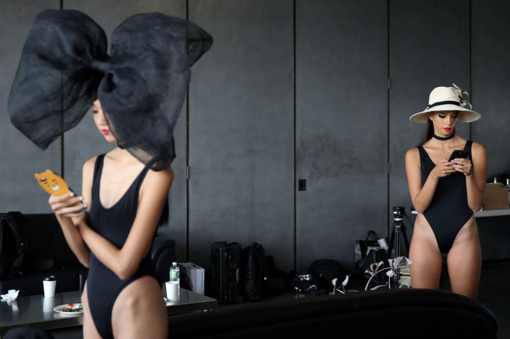 Modelky v zákulisí během Týdnu módy v New Yorku, USA